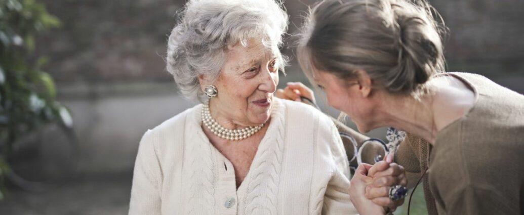 Młoda kobieta obejmująca starszą panią